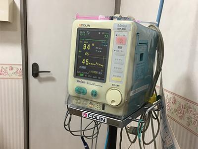 陣痛室の血圧を測定する機械